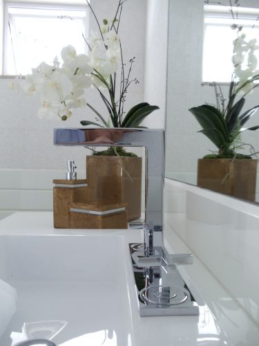 Lavabos veja projetos charmosos para esses pequenos espaços  Casa e Decoraç -> Banheiro Decorado Com Planta Artificial