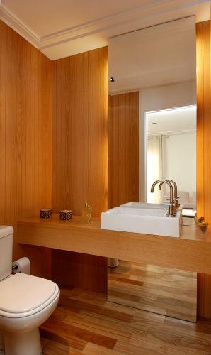 uol decoracao lavabo:Bancada e paredes de madeira peroba do campo da AG Movelaria. Um