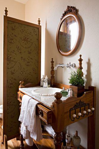 No lavabo da casa dos arquitetos Carlos e Letícia Ruivo em Campo do Jordão (SP), uma antiga penteadeira se transformou em gabinete e sustenta a cuba. O móvel foi comprado em uma loja de antiguidades na Rua da Consolação, em São Paulo.