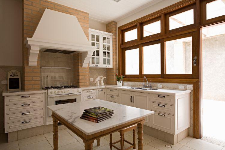A cozinha, de acordo com Letícia Ruivo, foi inspirada nos exemplares da arquitetura da Toscana, na Itália. Os tijolos, como na fachada, aparecem no ambiente. Todos os armários foram desenhados pela arquiteta