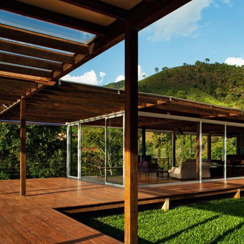 Construída com estrutura leve de camuru, a casa é conectada por meio de pergolados aos blocos de serviços e de lazer, onde fica a sauna (da Cottage Casa & Lazer)