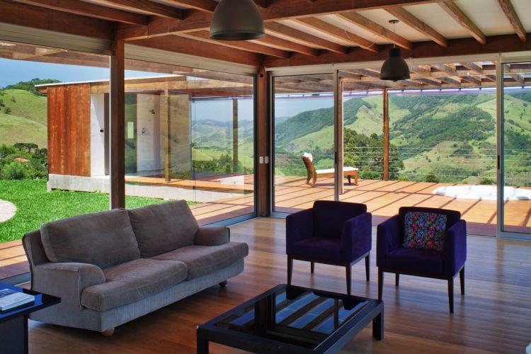 O ambiente de estar fica separado dos equipamentos de lazer -o spa e a sauna instalados no bloco avarandado transversal- apenas pela porta de vidro