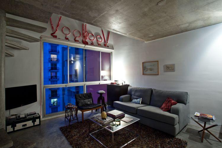 A mesa de centro modernista pode ser encontrada em muitas lojas que comercializam esse estilo de mobília. Do lado direito do sofá, a mesinha é um tripé dos anos 1940 com tampo de vidro, da Patrimônio Antiguidades