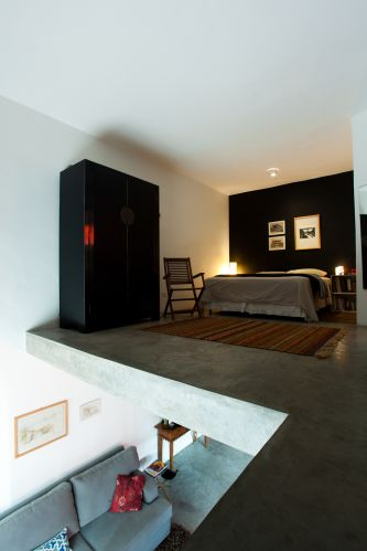 No piso superior, onde fica a suíte de 23 m², o piso também é de cimento queimado. O designer Marcel Steiner optou por não usar guarda-corpo (uma grade de proteção para o mezanino).