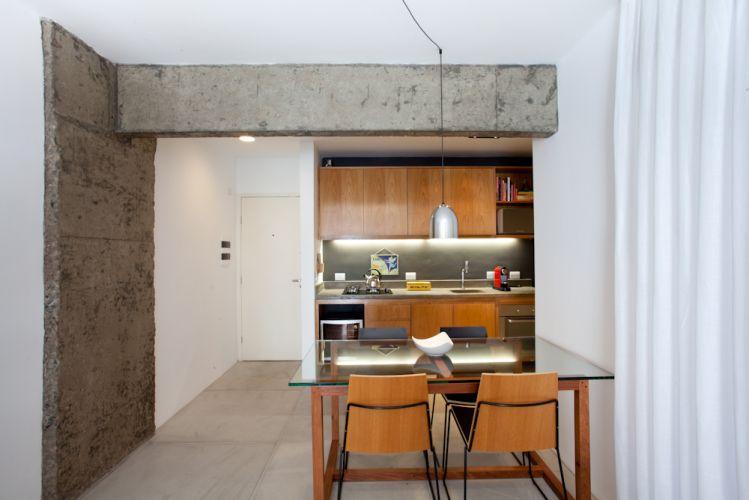 Com armários em freijó, a cozinha possui grande bancada que embute os eletrodomésticos