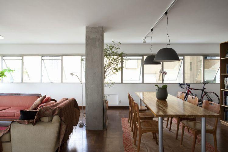 No apartamento em São Paulo, os pilares foram mantidos com concreto aparente. As imperfeições mais graves foram corrigidas com uma nata de cimento