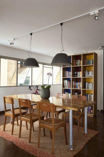 A mesa de jantar foi concebida pelo próprio proprietário do imóvel e executada pela Marcenaria Pompéia. As cadeiras são do depósito Santa Fé. Já a estante foi projetada pelos arquitetos Márcio Bariani e Alessandro Muzi, responsáveis pelo projeto de reforma do apartamento na Bela Vista, bairro central de São Paulo