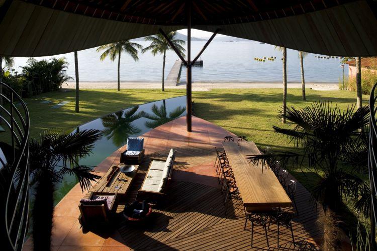 Aberta ao mar, a casa projetada por Mareines + Patalano, em Angra dos Reis, recebe brisa fresca diretamente do oceano e compartilha a paisagem