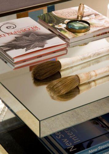 Detalhe da mesa do living, em madeira e espelho, da Érea