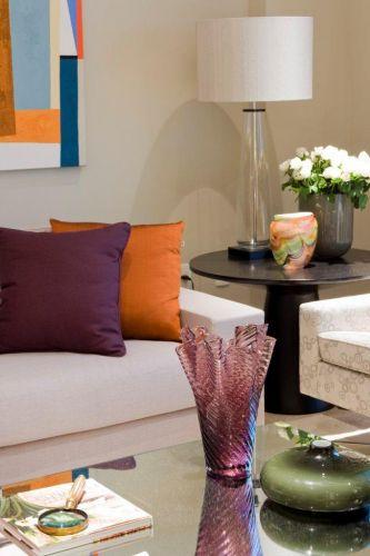 Detalhe do living com a mesa de espelhos Érea, sofá da Dpot, mesa lateral de madeira preta e poltronas do Empório Vermeil
