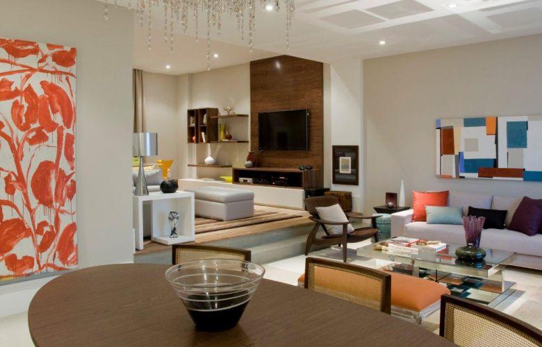 A foto feita a partir do ambiente de jantar ilustra a integração dos espaços da área social do apartamento