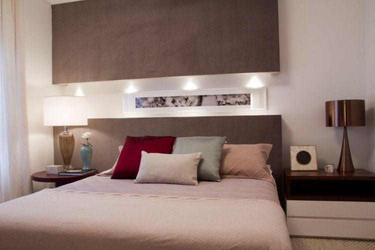 No apartamento ambientado por Marilia Brunetti de Campos Veiga, o dormitório do casal apresenta uma atmosfera suave e acolhedora, obtida principalmente pelos revestimentos. Como o veludo de tonalidade rosada que cobre a cabeceira e o painel na parte superior da parede, da Luiz Decor; a roupa de cama da Casa Completa e as almofadas do Empório Beraldin. O criado mudo com gavetas foi executado por Takae Arte. As luminárias são da Lumini