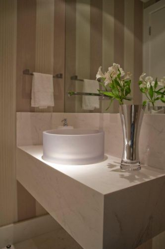 uol decoracao lavabo:Detalhe da bancada em mármore travertino romano bruto, da Artesamarmo