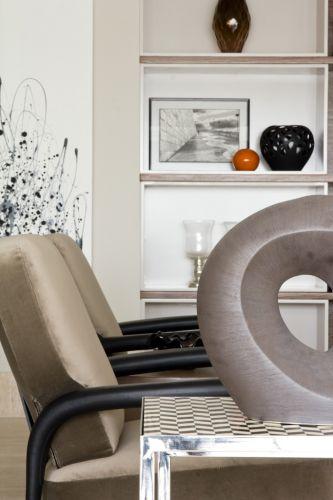 Ao lado da poltrona, o conjunto de mesas laterais que sobrepostas é feito em metal cromado com tampos xadrezes, da Empório Vermeil. O projeto de decoração do apartamento no bairro Panamby, em São Paulo, é assinado pela designer de interiores Marília Brunetti de Campos Veiga
