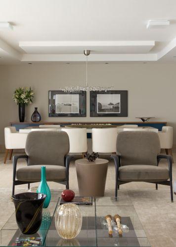 Na foto, o living do apartamento. Em primeiro plano está a sala de estar - com as duas poltronas da Atrium - e, ao fundo, o espaço do jantar. Como o pé-direito não era alto, optou-se pelo uso no forro de gesso e sanca em rebaixo, além da laje. O projeto de decoração no bairro Panamby, em São Paulo, é assinado pela designer de interiores Marília Brunetti de Campos Veiga