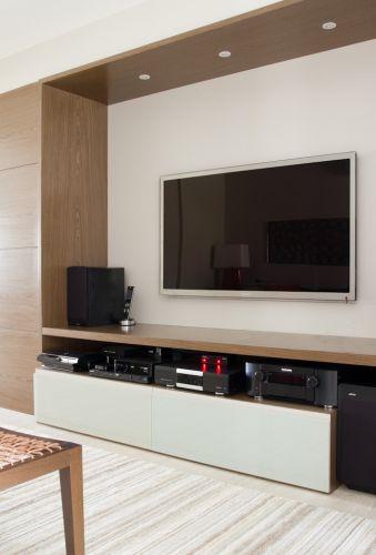Para criar o espaço para o móvel do home theater, a divisória entre o espaço íntimo e a cozinha foi afastada em direção à última em 50 cm, gerando o nicho. O projeto de decoração do apartamento no bairro Panamby, em São Paulo, é assinado pela designer de interiores Marília Brunetti de Campos Veiga