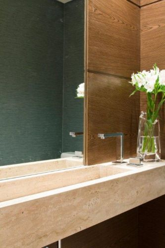 uol decoracao lavabo:Lavabo com pia de mármore travertino italiano, desenhada por Marília