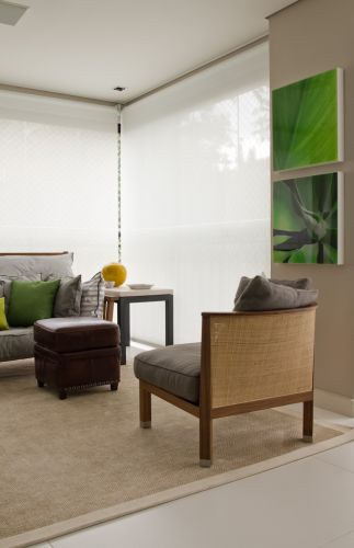 Detalhe do ambiente de estar do terraço com sofá Gervasoni e poltronas e pufe da Flexform. O projeto de decoração do apartamento no bairro Panamby, em São Paulo, é assinado pela designer de interiores Marília Brunetti de Campos Veiga
