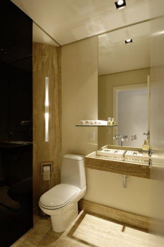 O banheiro auxiliar é usado como lavabo quando necessário. O vidro serigrafado marrom café disfarça o box. Luminárias da Wall Lamps
