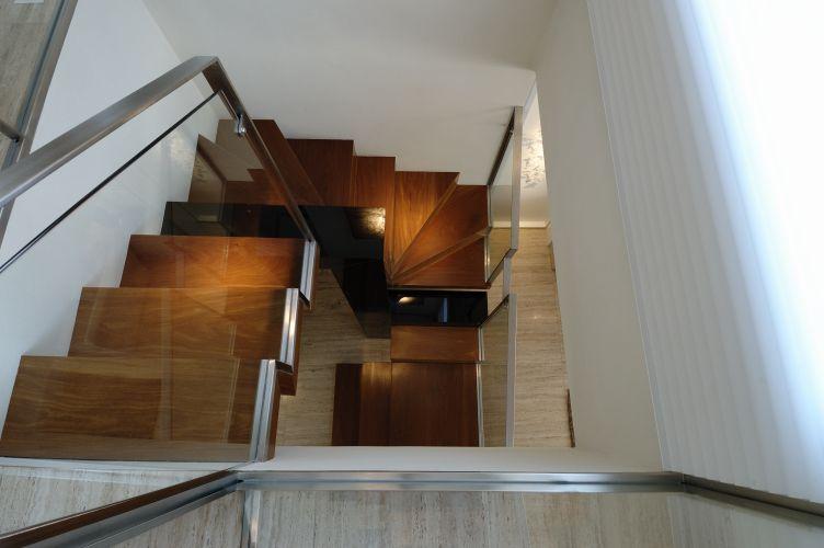 A reforma manteve a escada no mesmo local definido pela plana original, mas modificou totalmente seu desenho, tornando-a ponto de atração do living