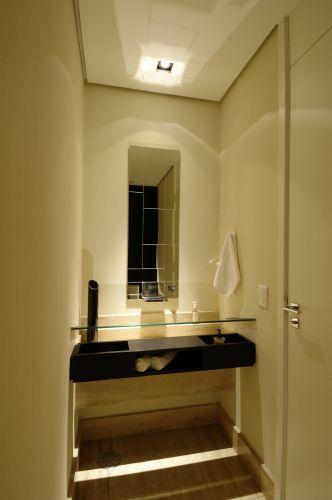 No lavabo superior, a cuba nada mais é do que um vidro engastado nas paredes laterais; a torneira (da Punto) sai em cascata do espelho