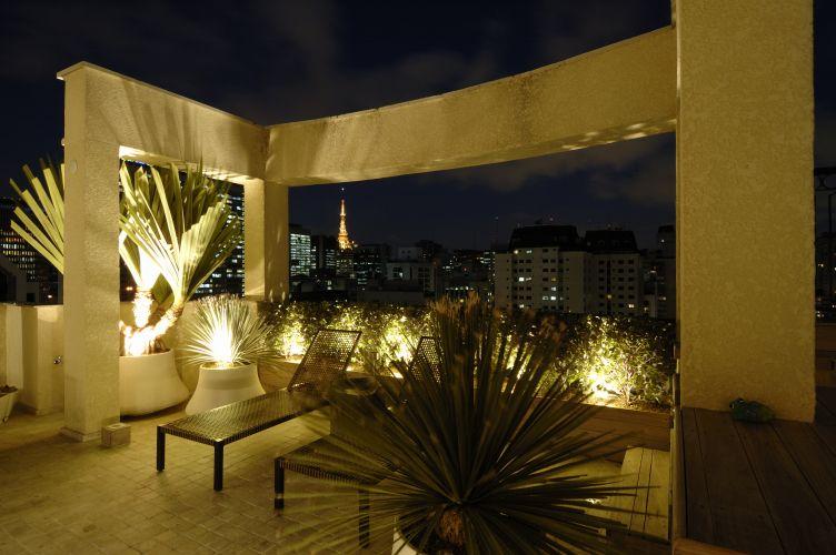 O solário, com as espreguiçadeiras da Casual, é delimitado pela estrutura de alvenaria que também enquadra a vista da cidade