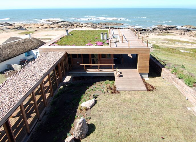 """""""La roca creada por el arquitecto chileno Mathias Klotz cruza la arquitectura con el paisaje preexistente."""" La Roca La Roca, un refugio de lujo mathias klotz casas f 007"""