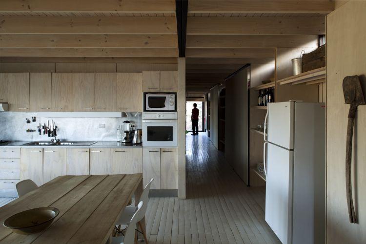 Casa RaúlTodo o interior é revestido de pinus, em chapas ou em tábuas. Enquanto nas fachadas a opção foi por uma madeira escura, para integrar a construção à paisagem, no interior o material é claro para aumentar a luminosidade