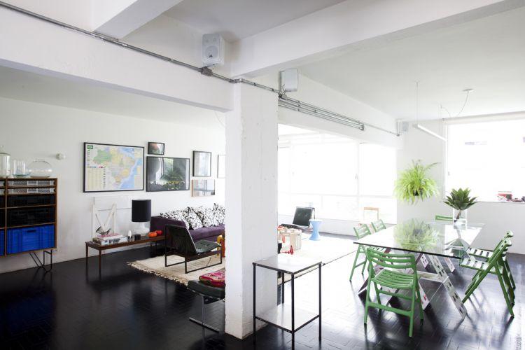 Living, jantar e cozinha americana com balcão puderam ser totalmente integrados graças à demolição das paredes originais, o que resultou em um espaço amplo e muito bem iluminado