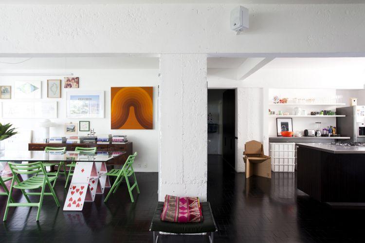 O pilar central é o único resquício da demolição, e serve como ponto de partida à linguagem arquitetônica; mantida a rusticidade do concreto, recebeu apenas pintura branca, como as paredes, que contrastam com o preto da madeira no piso