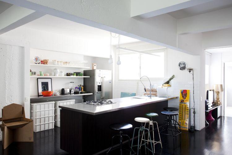 Os bancos pretos de cozinha são da Desmobilia; os coloridos, da Amoreira