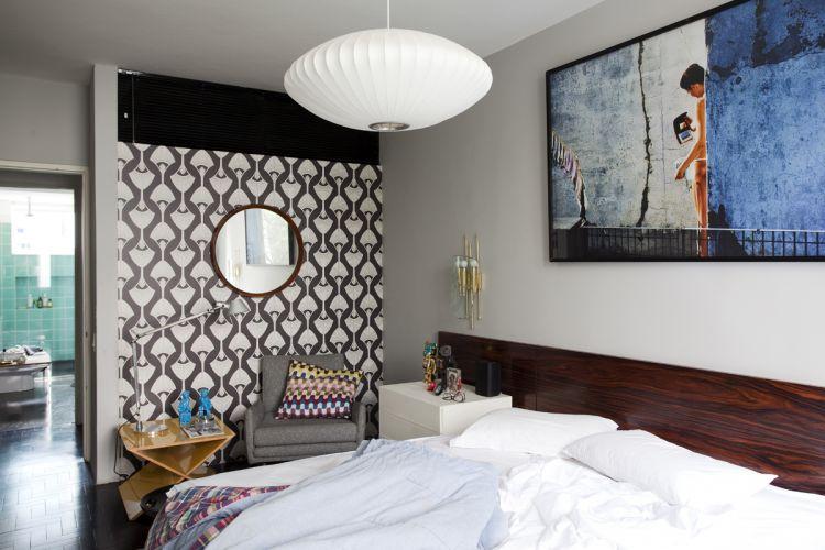 Também no dormitório principal, papel de parede Picnic Decor e um pendente George Nelson