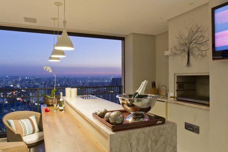 Além de bela vista para a cidade, churrasqueira e TV, a varanda é espaço próprio para jantares românticos, fondue e coquetéis