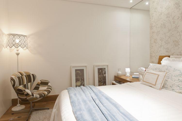O quadros apoiados no piso do dormitório foram tratados como esculturas; a cadeira ganhou tecido Marche Art de Vie