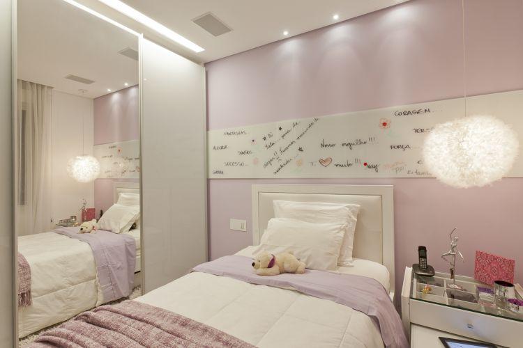 O segundo quarto foi projetado em tons de lilás e possui painel de vidro (sobre a cama) onde podem ser deixadas mensagens e feitos desenhos; o armário é Ornare