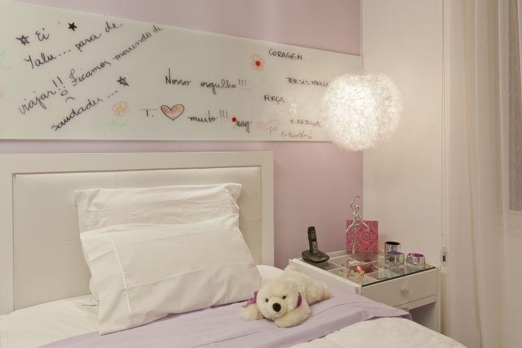 O pendente é Dominici e a cama é da Quartos & Etc