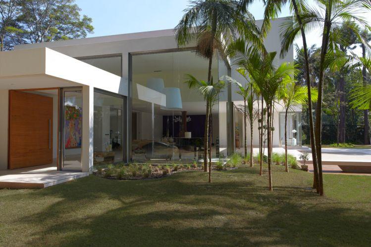 Um jardim com bambus envolve os panos de vidro da casa no Morumbi, em São Paulo, projeto de Monica Drucker. As diferentes alturas de pé-direito participam da forte geometria formal da construção, cujo fechamento com vidros garante a ampla integração entre interiores e exterior
