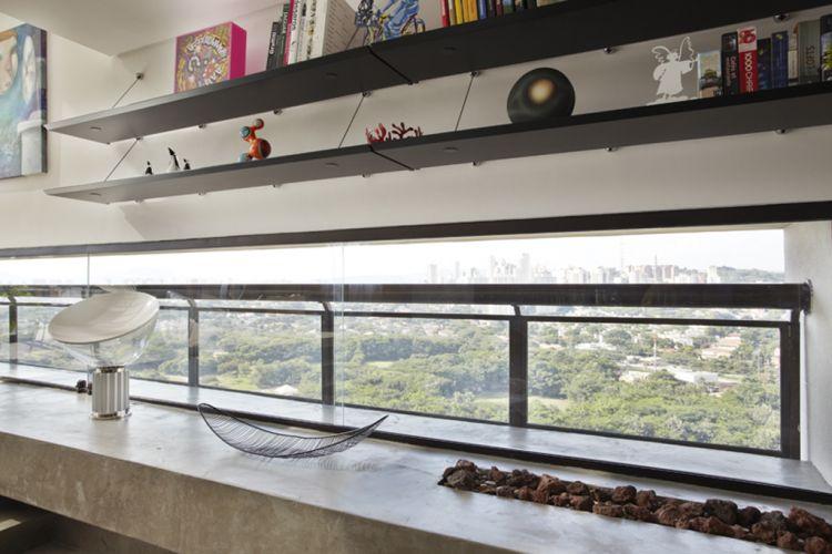 Detalhe da janela em fita sobre a bancada de concreto executada pela Dalle Piage, que contém a lareira a gás