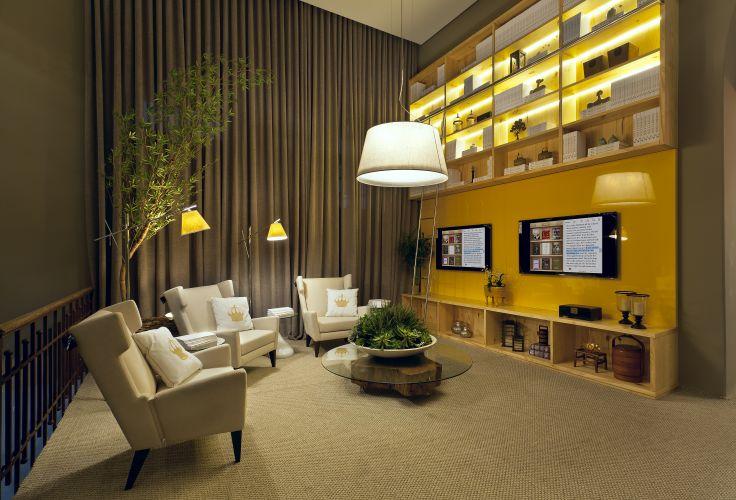 A biblioteca desenhada por Paola Camargo tem duas TVs pelas quais se acessa a biblioteca do IBook. A mostra Morar Mais por Menos Belo Horizonte está aberta de 17/08 a 2/10/2011 na Antiga Maternidade Hilda Brandão