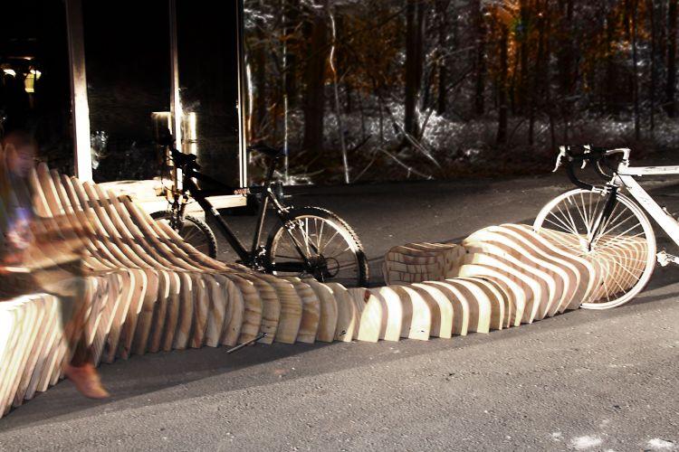 Bicicletário projetado pelos estudantes de Arquitetura e Urbanismo Bruno Cipriano e Rafael Fusco e pelos arquitetos André Ambrósio e Fábio Henrique Conceição. A mostra Morar Mais Por Menos fica em cartaz de 06 de outubro à 15 de novembro de 2011, na Rua Kellers, 520, em Curitiba, Paraná. A exposição de arquitetura, decoração, design de interiores e paisagismo tem como tema o consumo consciente e a sustentabilidade. Nessa linha, o evento incentiva o uso da bicicleta como forma de diminuir o impacto ambiental causado pela utilização de carros, bem como propõe o emprego de materiais