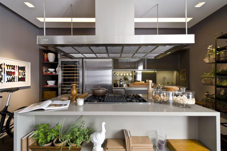 Dado Castello Branco criou uma cozinha ampla e bem resolvida para um casal que gosta de receber. O espaço faz parte da 1ª Hyundai Mostra Black, em São Paulo, que tem lugar em um casarão construído na década de 1940, na rua Groelândia. O evento está aberto à visitação de 22 de junho a 17 de julho de 2011
