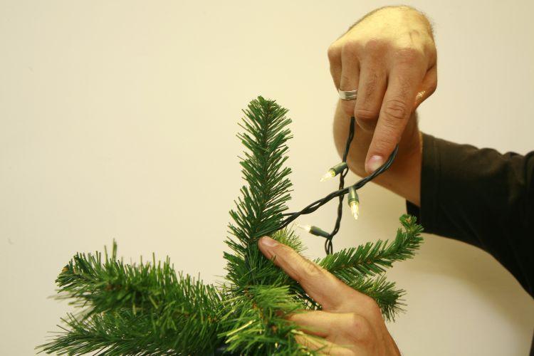 decorar uma arvore de natal : decorar uma arvore de natal:Decore um galho de cada vez. Para a foto ficar mais clara, retiramos o