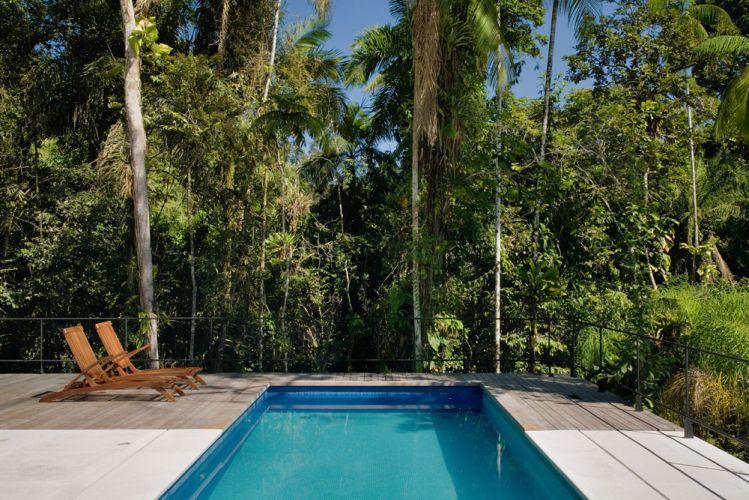 A piscina, de 3m x 8m, fica no deck de 23m², em contato direto com a mata, como se fosse um lago natural. Para garantir a segurança do lazer, os arquitetos protegeram a área com guarda-corpo em toda a volta, feito com barras de ferro pintadas de preto com esmalte sintético