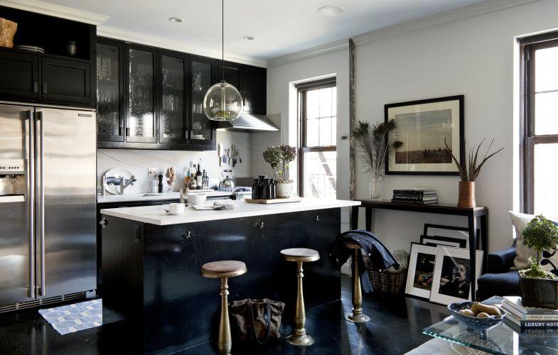 O designer Frank Carfaro renovou seu apartamento em Nova York com o objetivo de fazê-lo parecer com um quarto de hotel de luxo, um lugar que o