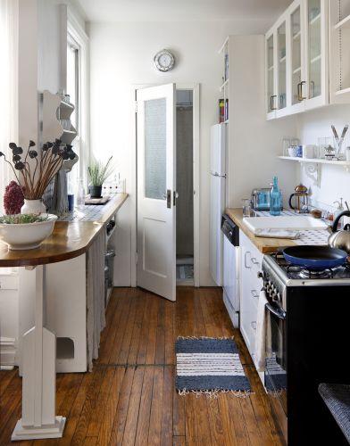 A cozinha também foi totalmente restaurada pelo estúdio Nightwood. A propriedade de Aya Yamanouchi tem cerca de 102 m²