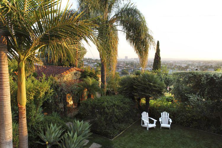 Vista da casa de hóspedes e jardim frontal da casa onde morou Wade Graham, autor do projeto de paisagismo da residência, uma construção em estilo colonial espanhol de 1924, em Los Angeles, Califórnia