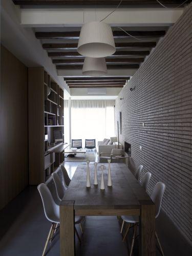 Feita de madeira de carvalho, a mesa de jantar do loft de Barcelona tem a assinatura da empresa alemã e15, e os candelabros foram projetados pela designer sueca Maria Lovisa Dahlberg