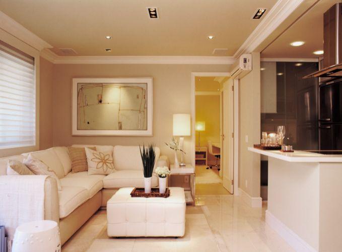 Vista geral do living, com piso revestido de porcelanato da Portobello e iluminação da La Lampe