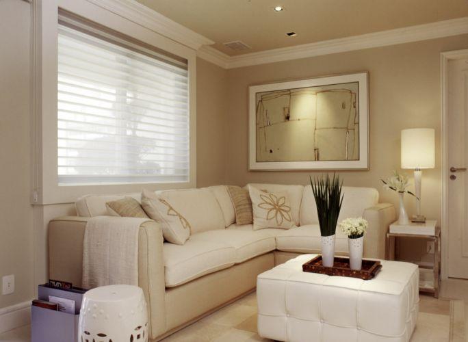 decoracao de interiores sao joao da madeira:do pufe de couro branco usado como mesa de centro. Os objetos são da