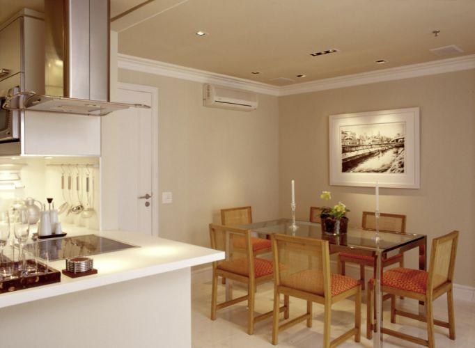 Vista do jantar a partir da cozinha americana. O projeto de interiores proporcionou ao apartamento compacto espaço para uma mesa (da Artefacto) com seis lugares. As cadeiras de madeira e fibra natural são da Breton